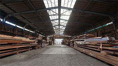 天然木の保管・加工をする城陽工房