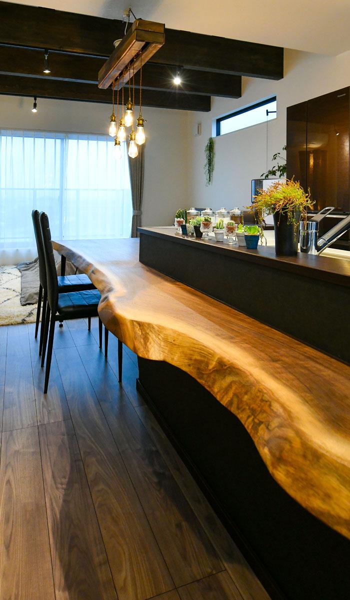 トチノキのダイニングテーブルとフルフラットキッチン