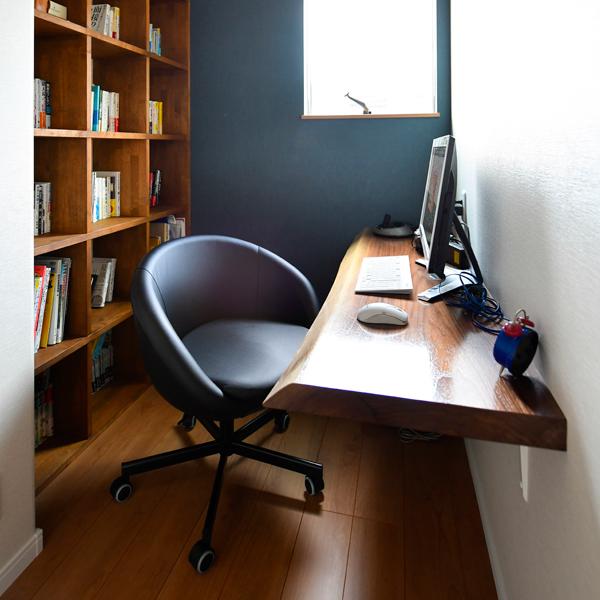 書斎の天然木カウンターにはモンキーポッドを使用
