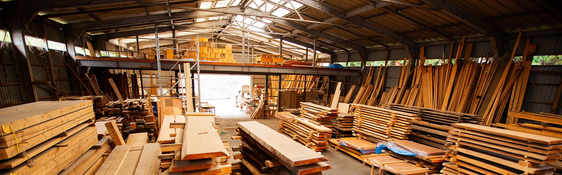 天然木工房・城陽工房|数多くの天然木一枚板を保管・加工しています