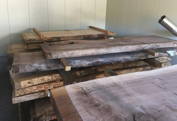 天然木一枚板の水分量を適正な値になるよう乾燥します