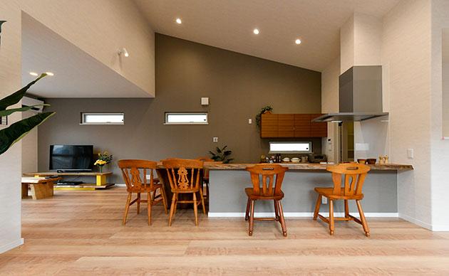 ゆったりとした勾配天井のダイニング・キッチン