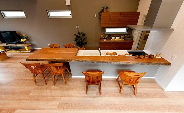 圧巻のキッチンカウンターはベリの天然木一枚板