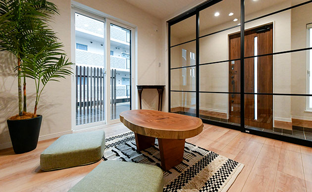 来訪者を2階のプライベートスペースへ上げずに対応できる玄関前の洋室