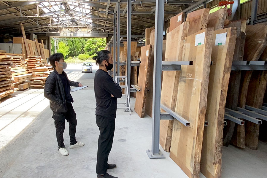 城陽工房でモデルハウスに使用する天然木一枚板を選んでいる一級建築士 長谷川渉先生