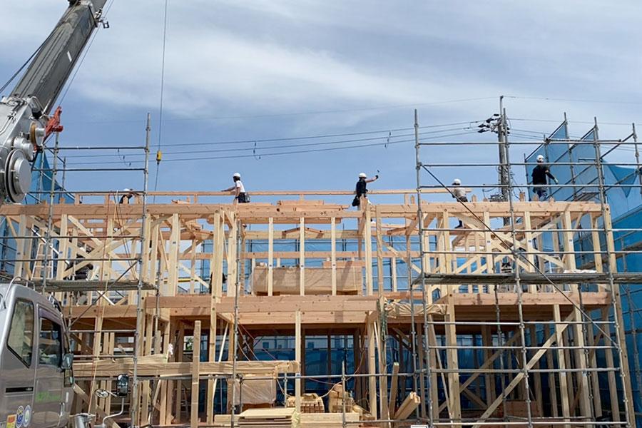 桃山六地蔵住宅博でいよいよ天然木の家モデルハウスの棟上げが始まりました