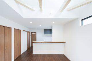 無垢カウンターのあるリビング|京都・滋賀の注文住宅 天然木の家