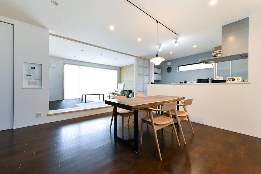 ウォルナットのダイニングテーブル|京都・滋賀の注文住宅 天然木の家