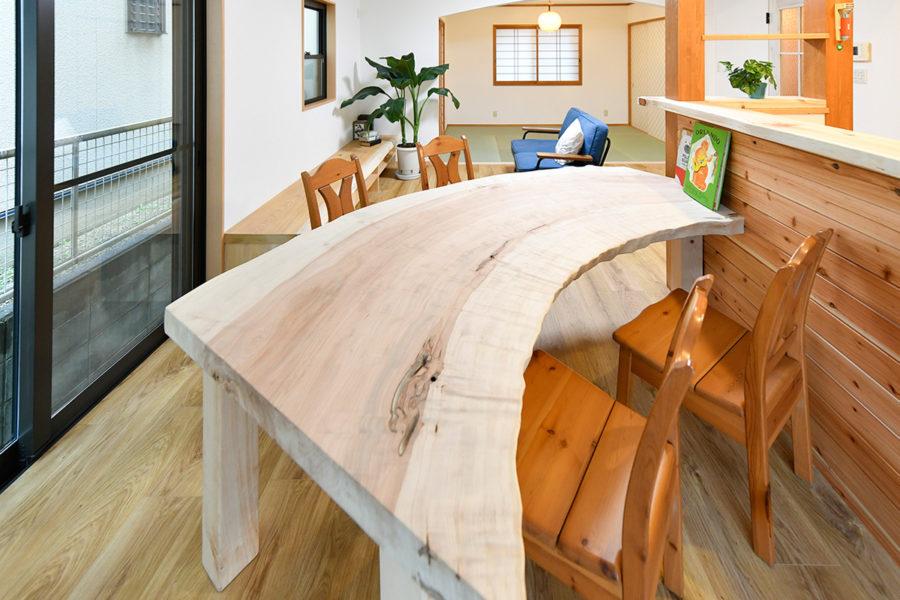 トチのダイニングテーブル|京都・滋賀の注文住宅 天然木の家
