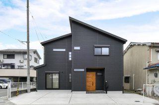 黒色のニチハの外壁|京都・滋賀の注文住宅 天然木の家