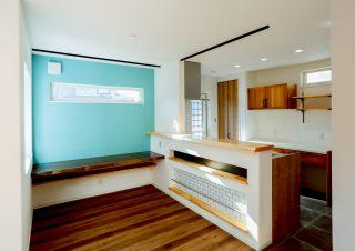 水色の壁アクセントとなっている部屋|京都・滋賀の注文住宅 天然木の家