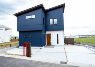 青いガルバリウムの外観が印象的な外観|京都・滋賀の注文住宅 天然木の家