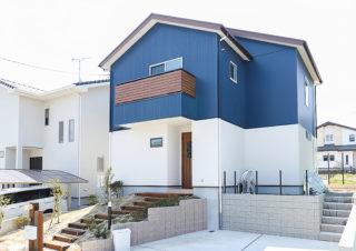 青いガルバリウムの外壁が映える外観|京都・滋賀の注文住宅 天然木の家