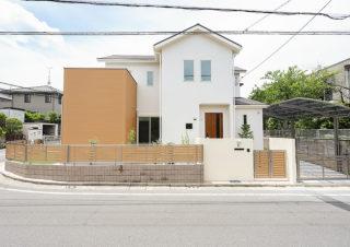 白い外観と天然木が映える家|京都・滋賀の注文住宅 天然木の家