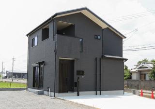 白い屋根と黒い外壁のこだわりの外観|京都・滋賀の注文住宅 天然木の家