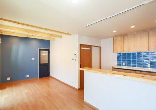 アクセントカラーの青が空間を引き締める|京都・滋賀の注文住宅 天然木の家