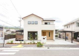 間口の広い敷地に建つシンプルな白い家|京都・滋賀の注文住宅 天然木の家