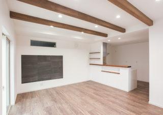 リビングダイニングは化粧梁とエコカラットでおしゃれな空間に|京都・滋賀の注文住宅 天然木の家