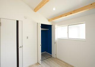 洋室のクローゼットのクロスはブルー。勾配天井には化粧梁|京都・滋賀の注文住宅 天然木の家
