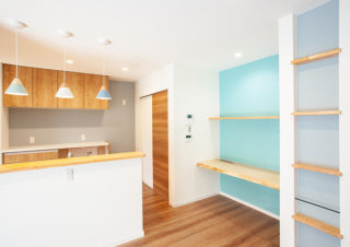 吊り戸棚がないオープンタイプの対面カウンターキッチン|京都・滋賀の注文住宅 天然木の家