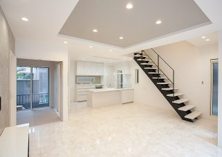 折り上げ天井のあるリビング、オープンタイプの階段にはおしゃれなアイアンの手すり、床は大理石調のフローリング 京都・滋賀の注文住宅 天然木の家
