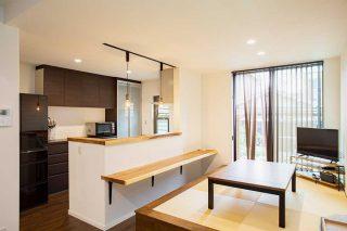 キッチン前に小上がりの和スペース 京都・滋賀の注文住宅 天然木の家