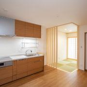 和室の光が差し込むキッチンダイニング|京都・滋賀の注文住宅 天然木の家