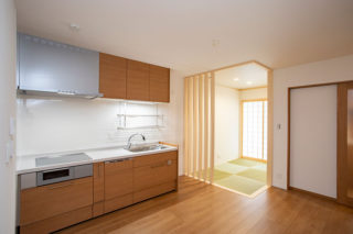 和室の光が差し込むキッチンダイニング 京都・滋賀の注文住宅 天然木の家