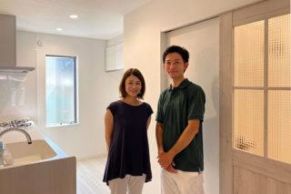 お気に入りの扉前でインタビュー|京都・滋賀の注文住宅 天然木の家