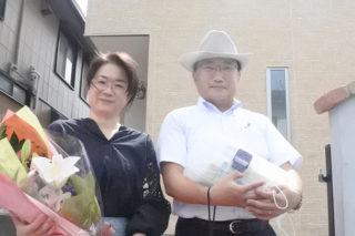 花束と記念品授与後の記念撮影 京都・滋賀の注文住宅 天然木の家