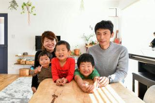 入居後インタビューでの記念撮影 京都・滋賀の注文住宅 天然木の家