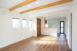 化粧梁や建具のが木目が調和し広がりを感じるリビング|京都・滋賀の注文住宅 天然木の家