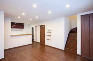 白と木目調を基調にしたリビング|京都・滋賀の注文住宅 天然木の家