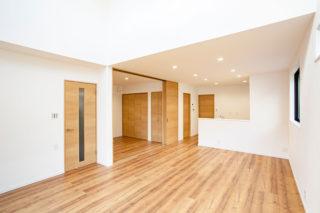 真っ白なクロスが開放的なリビング|京都・滋賀の注文住宅 天然木の家