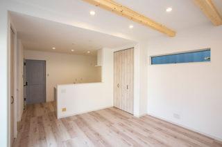 ホワイトウッドの床やブルーの扉がおしゃれな室内|京都・滋賀の注文住宅 天然木の家
