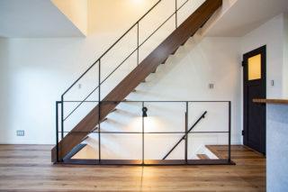 アイアンの照明に照らされたおしゃれなオープン階段|京都・滋賀の注文住宅 天然木の家