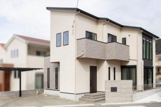 アクセントのブラックの建具や外壁と軒天上の木目がおしゃれな外観|京都・滋賀の注文住宅 天然木の家