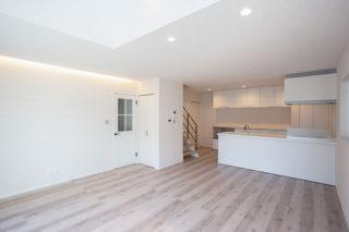 白で統一された広がりを感じさせるリビングは間接照明とダウンライトでスッキリとした見た目に|京都・滋賀の注文住宅 天然木の家