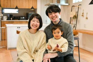 家族で記念撮影|京都・滋賀の注文住宅 天然木の家