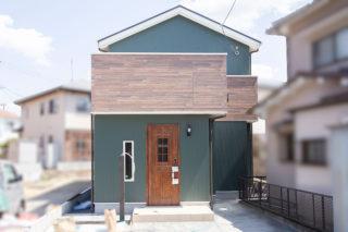 グリーンのガルバリウムと木目のアクセントがおしゃれな外観|京都・滋賀の注文住宅 天然木の家
