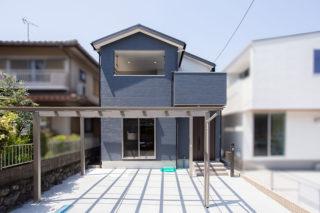バルコニーが広くブルーの外壁がシックな外観|京都・滋賀の注文住宅 天然木の家