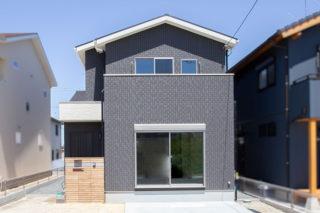 グレーに白のアクセントがスッキリと爽やかな外観|京都・滋賀の注文住宅 天然木の家