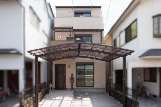 カーポートが広く雨にもぬれにくい3階建の家|京都・滋賀の注文住宅 天然木の家