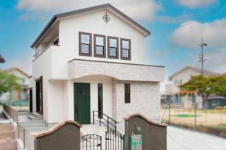 アーチ型の玄関ポーチが可愛く緑の扉や窓枠を黒く囲んだ窓がアクセントの外観|京都・滋賀の注文住宅 天然木の家