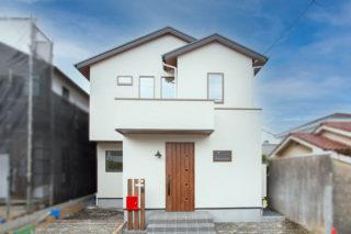 白のシンプルな外観に赤いポストがアクセント|京都・滋賀の注文住宅 天然木の家